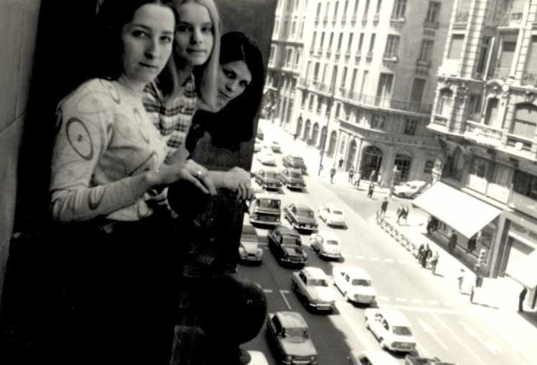 En el balcón de la Avenida de Jose Antonio, en la tercera planta de la Casa Balenciaga
