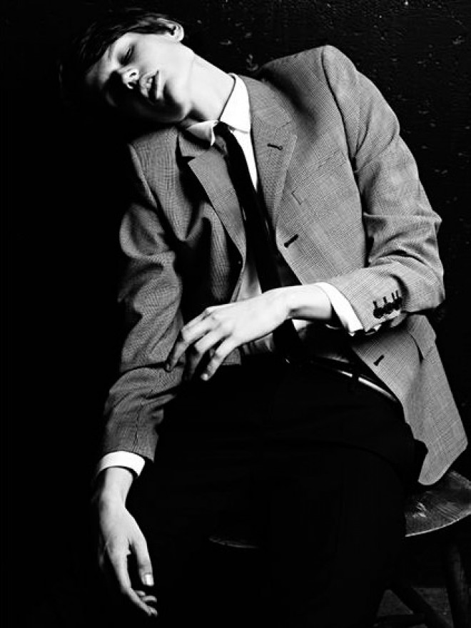 Saska de Brauw como protagonista de la campaña masculina de Saint Laurent S/S 2013, que el propio fotógrafo y diseñador de la marca Hedi Slimane eligió una mujer para su colección de ropa masculina, en este caso, en teoría, exclusivamente masculina.