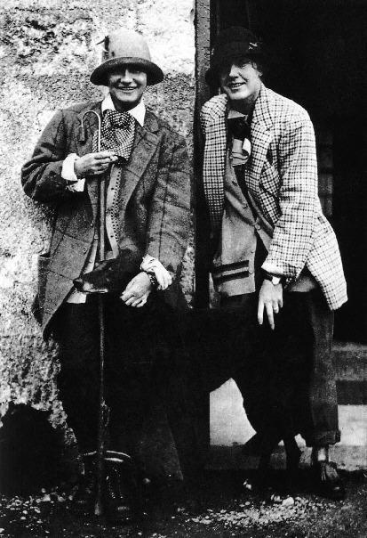 5-CC-28-Coco con su amiga Vera Bates en 1928, vestidas con los trajes completos del  Duque de Westmiste