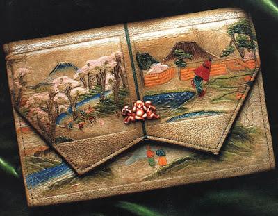 Bolso de piel decorado con motivos japoneses, 1920. Kioto Costume Institute